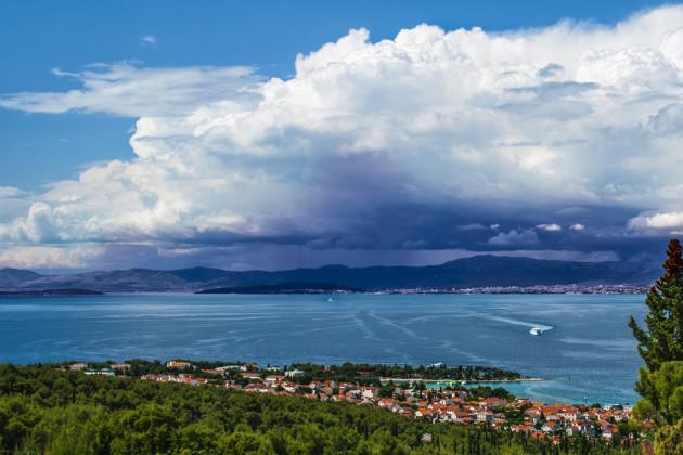 Najväčšie mesto ostrova Brač je Supetar plus výhľad na búrku nad Splitom